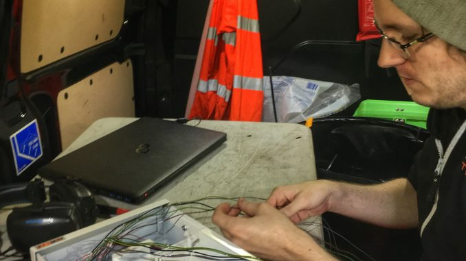 Jonas förbereder fiberkabel för svetsning